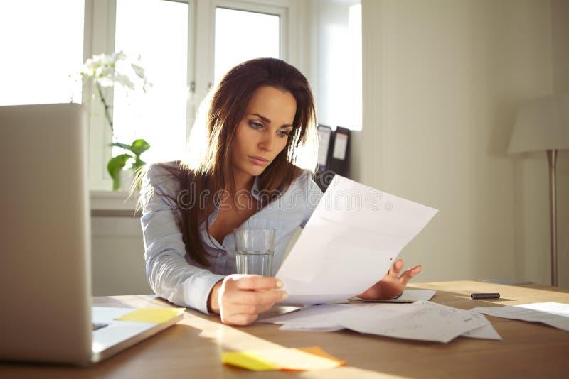 读文件的女实业家 免版税图库摄影