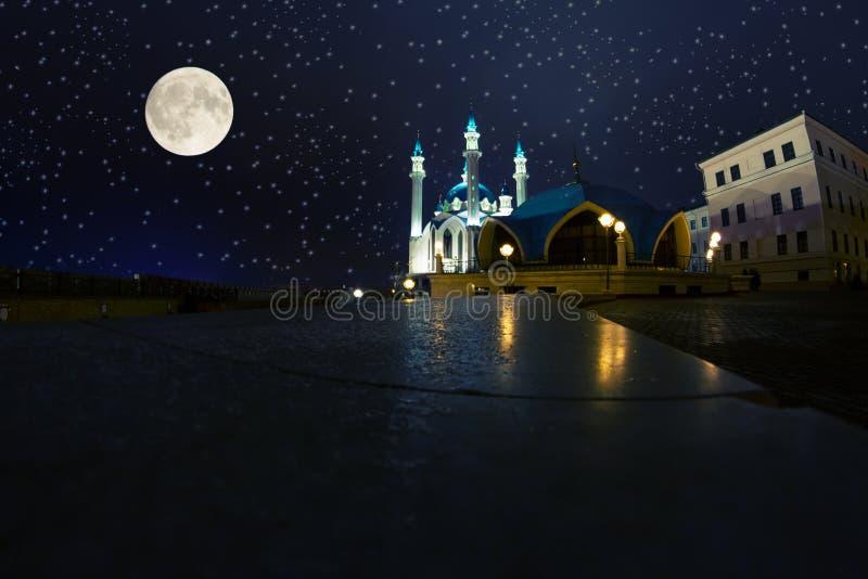 斋月月亮和清真寺 图库摄影