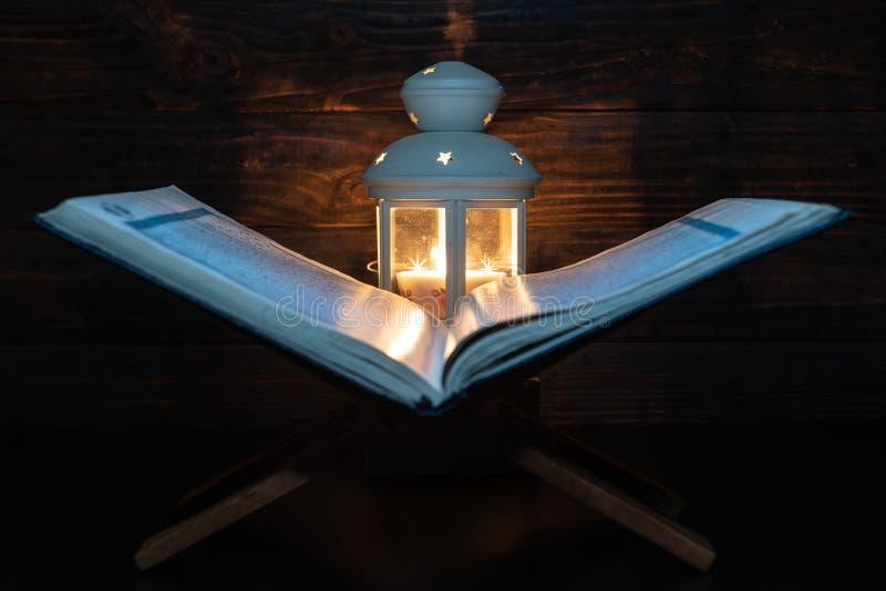 斋月灯笼的圣古兰经 免版税库存图片