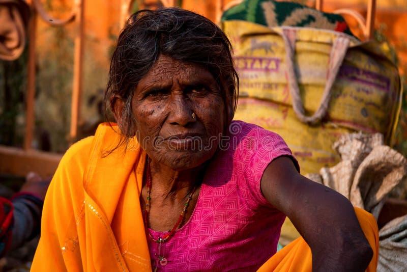 斋浦尔,印度- 2017年11月9日:未认出的资深印地安妇女 库存图片