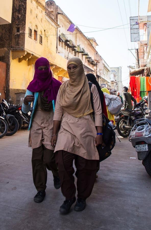 斋浦尔,印度- 2018年1月10日:yashmak的女孩沿街道去 免版税库存照片