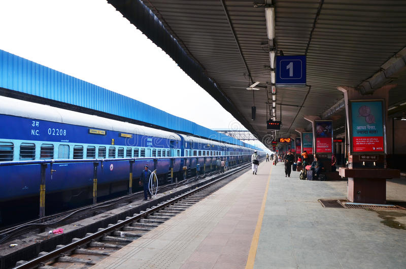 斋浦尔,印度- 2015年1月3日:平台的乘客在斋浦尔的火车站 免版税库存照片
