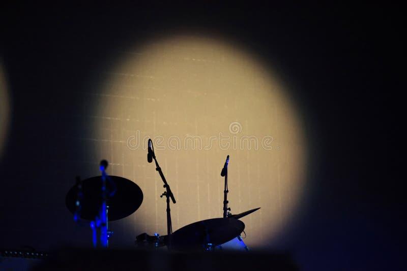 斑点光照亮的鼓成套工具 免版税库存图片