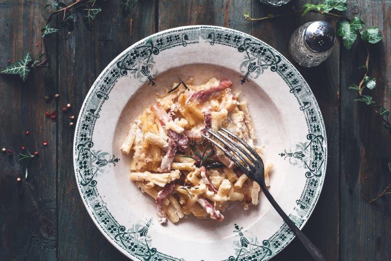 斑点和罗斯玛丽Mac和乳酪通心面,舒适食物为冬天 免版税库存图片