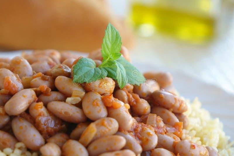 斑豆炖煮的食物和薄荷叶 免版税库存照片