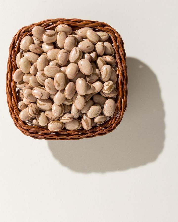 斑豆豆类 与五谷的柳条筐 顶视图,坚硬lig 免版税库存照片