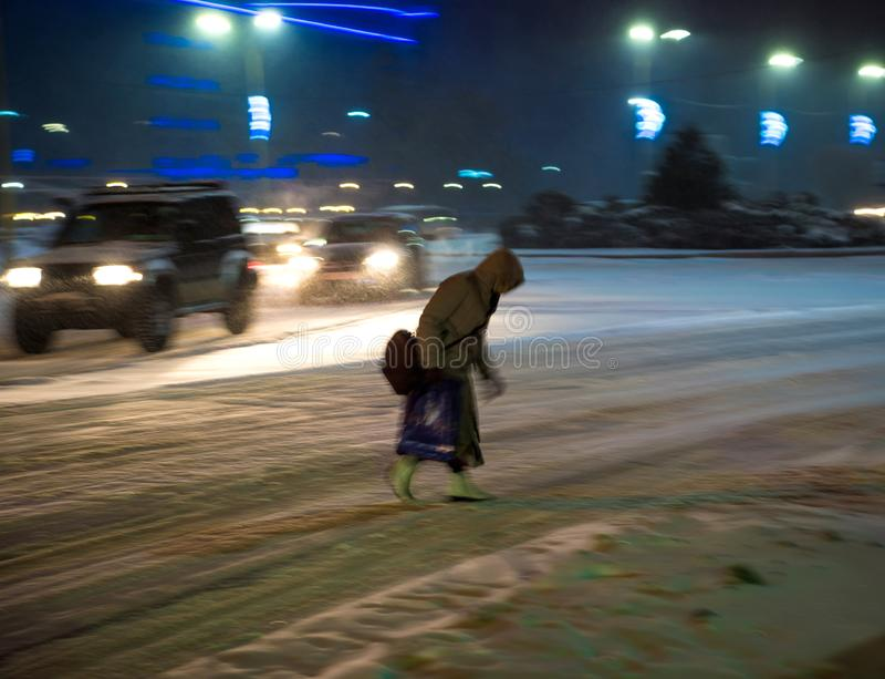 斑马线的繁忙的城市街道人民在晚上 处境危险 免版税库存照片