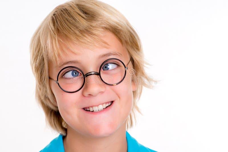 斗眼的白肤金发的男孩 免版税图库摄影