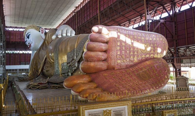 斜倚的菩萨在Chaukhtatgyi Paya。仰光。砂海螂 免版税库存图片