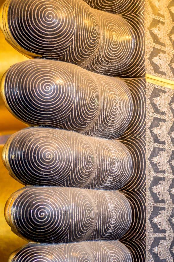 斜倚的菩萨雕象特写镜头细节在Wat Pho寺庙曼谷,泰国的 免版税图库摄影