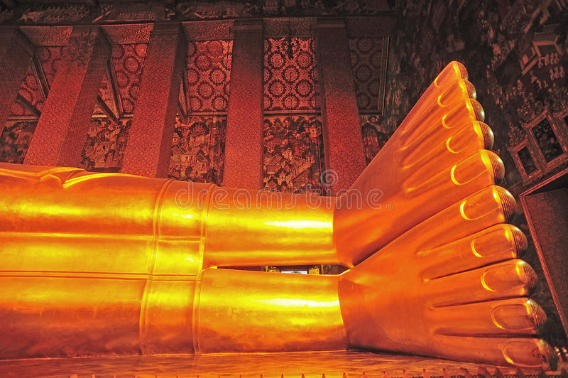 斜倚的菩萨雕象的脚 库存照片