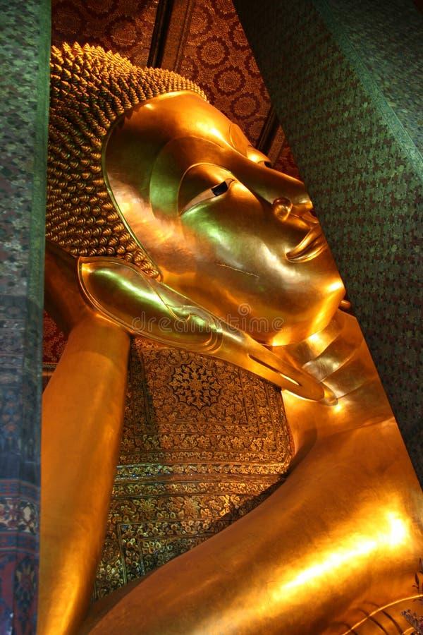 斜倚的菩萨(睡眠菩萨) Wat Pho寺庙在曼谷泰国 免版税库存图片