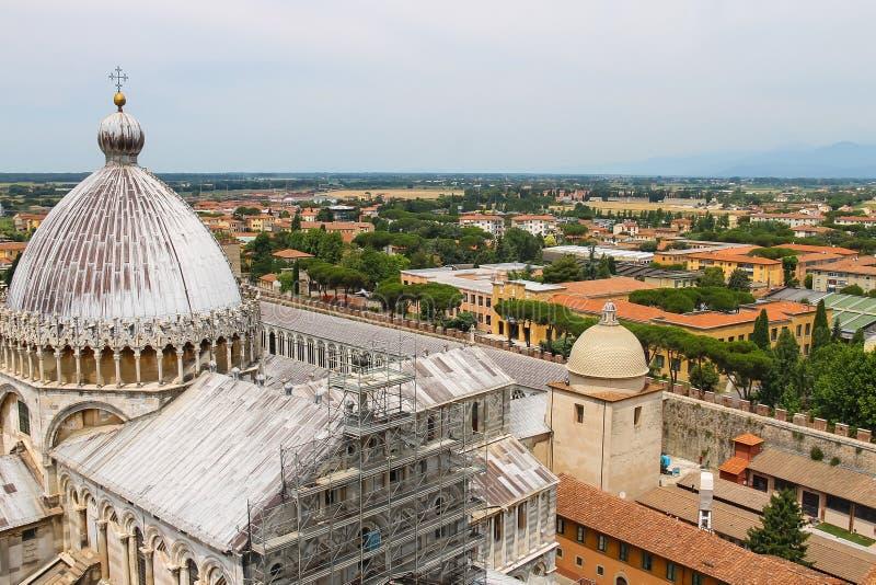 从斜塔的看法到大教堂(中央寺院二比萨) 库存照片