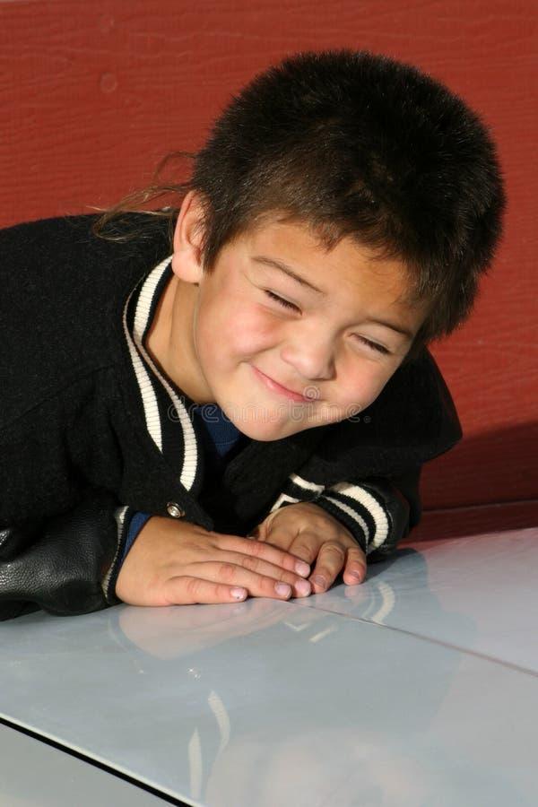 斜眼看年轻人的男孩 免版税库存图片