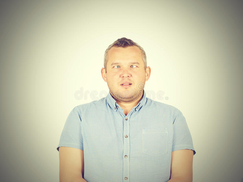 斜视的男人,滑稽的面孔 免版税库存照片