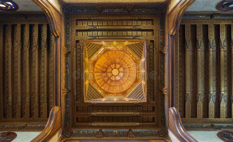 斡旋与花卉样式装饰的木装饰的圆顶华丽天花板在苏丹Al Ghuri陵墓,开罗,埃及 库存图片