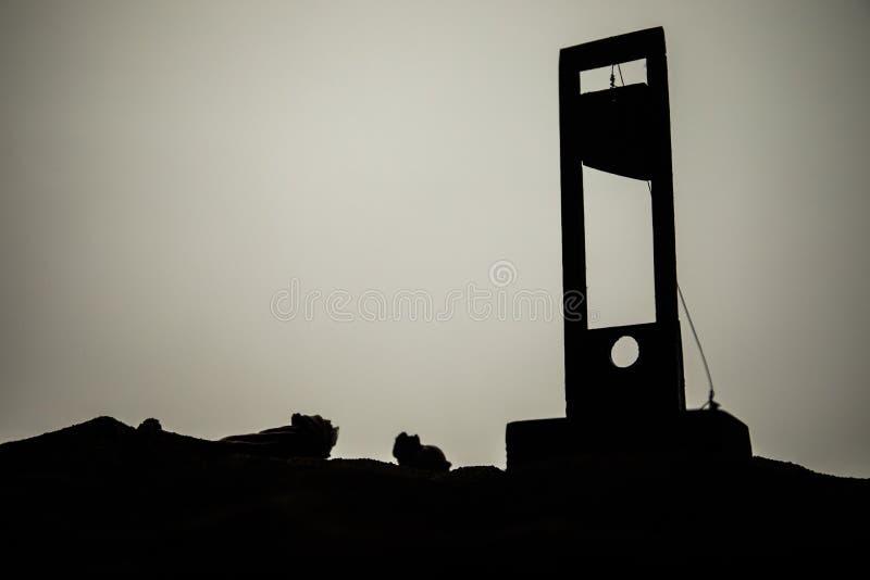 断头台恐怖视图  一个断头台的特写镜头在黑暗的有雾的背景的 免版税图库摄影