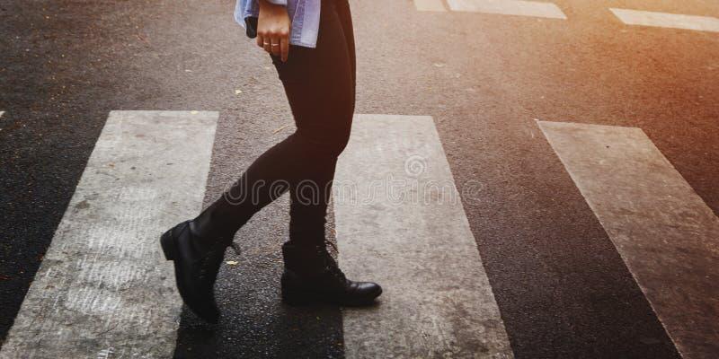 断裂探索女性乐趣旅途喜悦休闲概念 免版税图库摄影