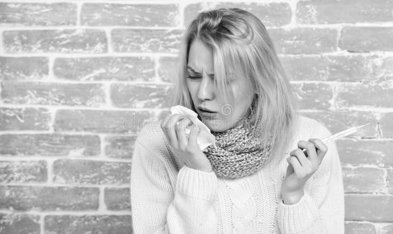 断裂热病补救 高温概念 妇女感到非常不适 如何减少热病 热病症状和 库存照片