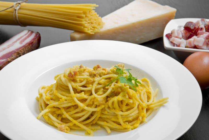 Download 断送与carbonara的意粉和成份 库存照片. 图片 包括有 鸡蛋, 传统, 叉子, 意大利面食, 可口 - 72359604