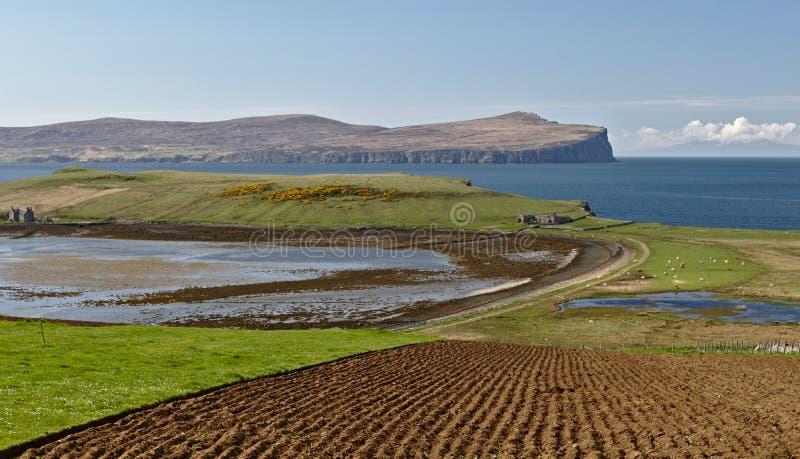 斯凯岛,苏格兰-横跨Ardmore点的看法小岛往有参天的海峭壁和深蓝色海洋的遥远的Dunvegan头 库存照片