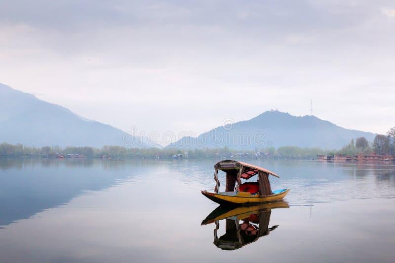 斯利那加,印度- 2016年4月15日:生活方式在Dal湖,人dri 免版税库存照片