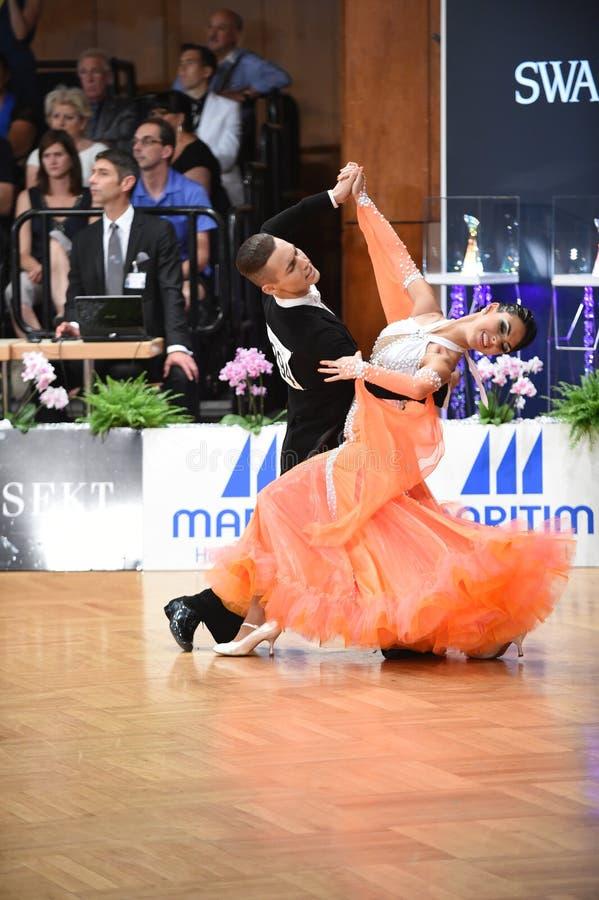 斯图加特,德国-在全垒打Standart期间,在舞蹈的Adance夫妇摆在 免版税库存照片