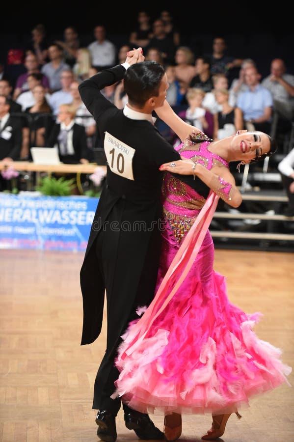 斯图加特,德国-在全垒打Standart期间,在舞蹈的Adance夫妇摆在 免版税库存图片