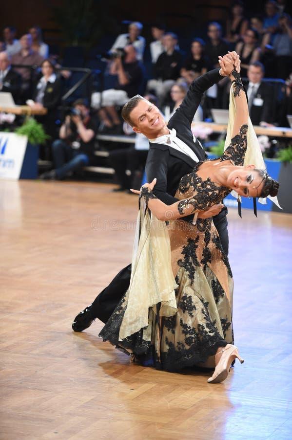 斯图加特,德国-在全垒打Standart期间,在舞蹈的Adance夫妇摆在 库存图片