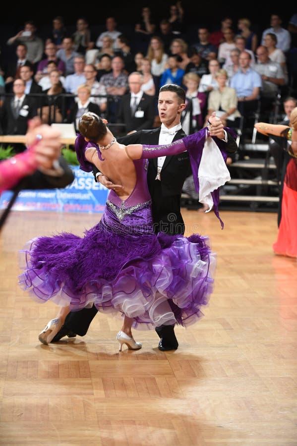 斯图加特,德国-在全垒打Standart期间,在舞蹈的Adance夫妇摆在 免版税图库摄影