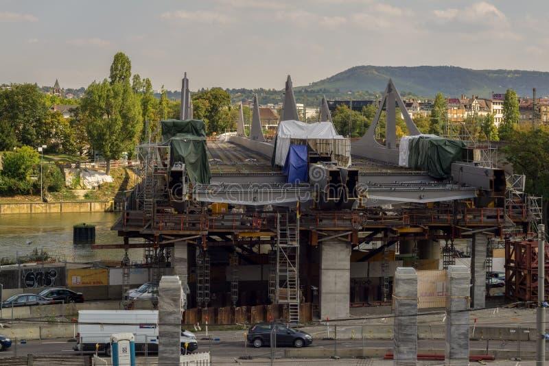 斯图加特,德国- 9月,15,2018:在臭名昭著的项目Stuttgart21内的巴特坎施塔特城市修筑一座新的桥梁 库存照片