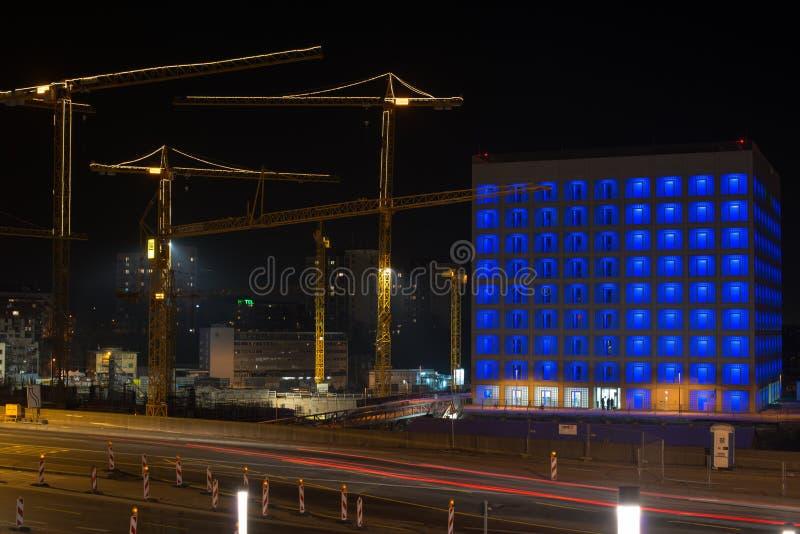 建造场所斯图加特21在晚上 免版税图库摄影