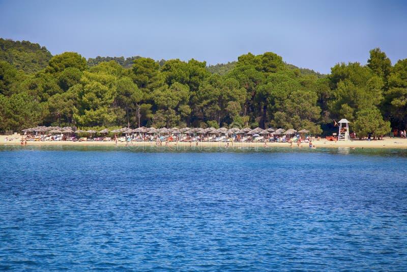 斯基亚索斯岛,希腊- 2017年8月17日:从小船的看法在Koukounar 库存图片