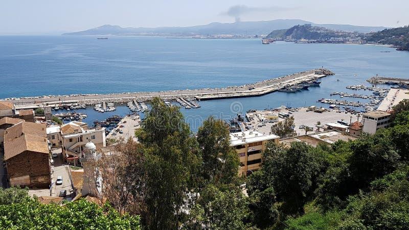 斯基克达市附近渔港全景 阿尔及利亚,2018年4月 免版税库存照片
