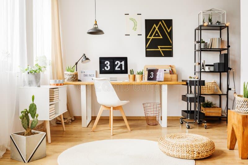 斯堪的纳维亚室在当代顶楼 免版税库存图片