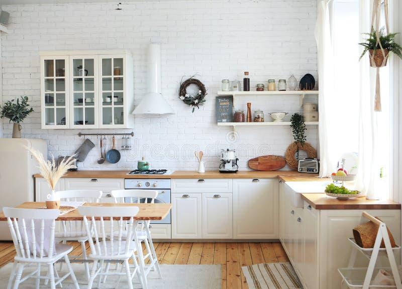 斯堪的纳维亚风格的厨房内饰、古董家具和氛围 免版税库存照片