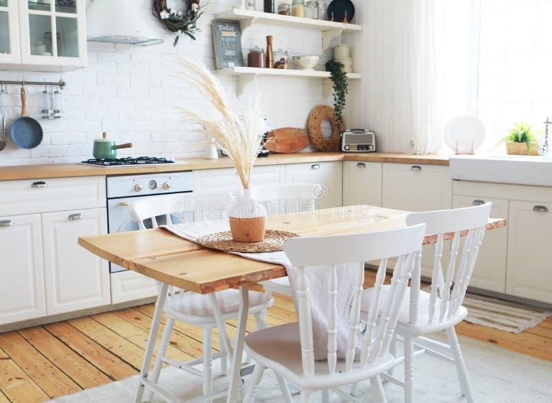 斯堪的纳维亚风格的厨房内饰、古董家具和氛围 免版税图库摄影