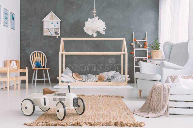 斯堪的纳维亚样式的婴孩室 免版税库存图片