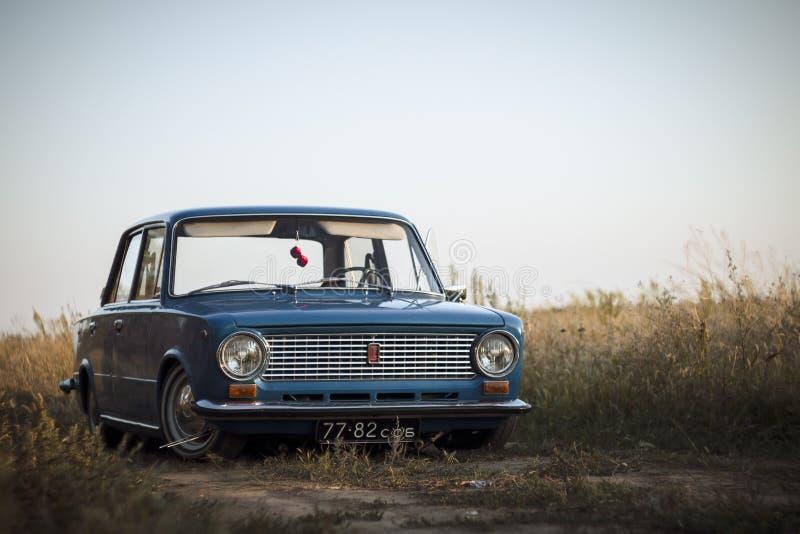 斯塔夫罗波尔地区,俄罗斯- 2013年7月:苏联经典减速火箭的汽车 免版税库存照片