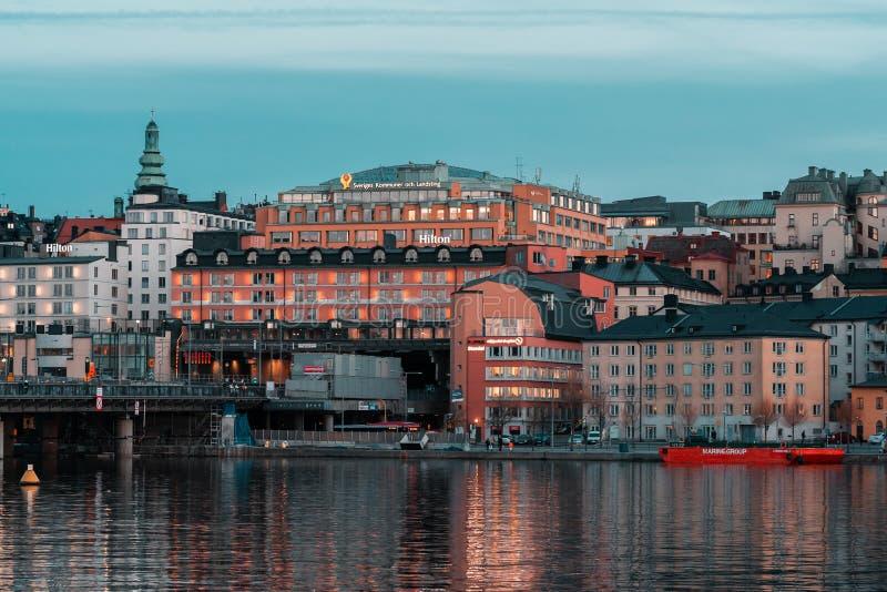 斯德哥尔摩在Slussen附近的瑞典希尔顿旅馆在与开的光的日落以后 免版税库存图片