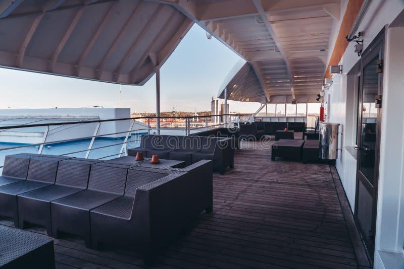 斯德哥尔摩瑞典,观看空的外部休息室在等待的载汽车轮船离开 免版税库存照片