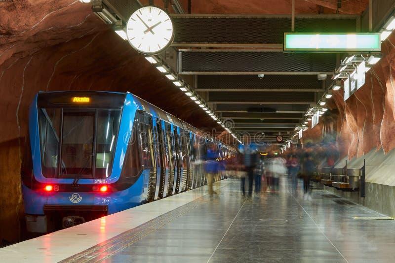 斯德哥尔摩,瑞典- 2018年4月22日:在地铁车站的火车 免版税库存图片