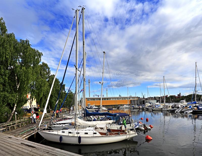 斯德哥尔摩,瑞典-靠码头由Djurgarden海岛的小船 库存照片