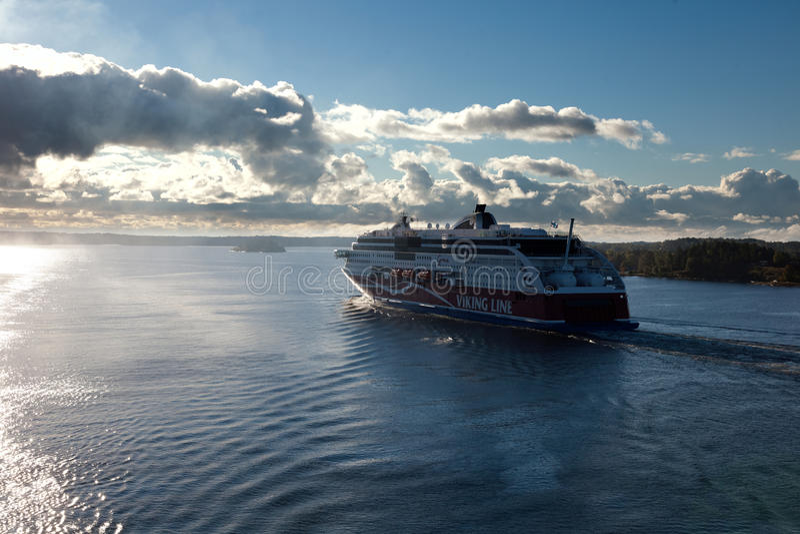 斯德哥尔摩, SWEDEN-SEPTEMBER 28 :北欧海盗线在海湾的轮渡浮游物 库存图片