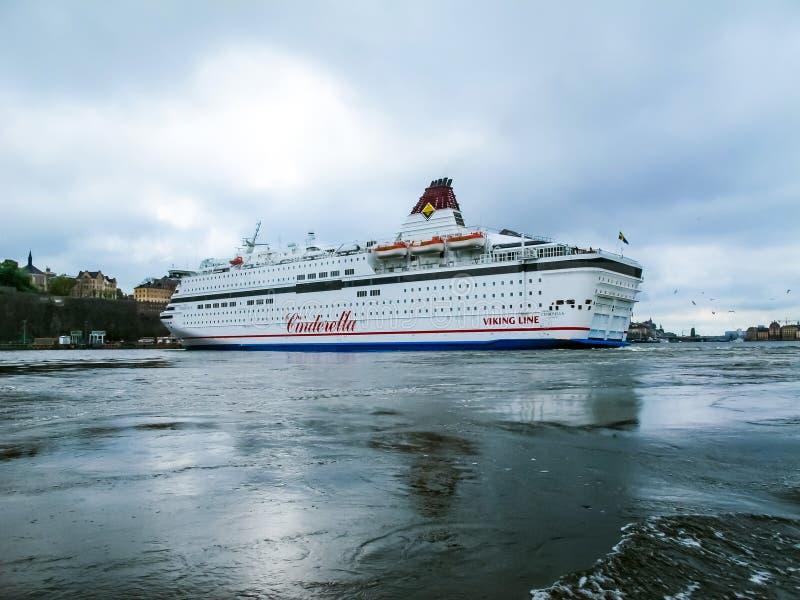 斯德哥尔摩/瑞典- 2011年5月15日:维京号邮轮与转动和离开斯德哥尔摩的港瑞典的旗子的游轮灰姑娘 免版税库存照片