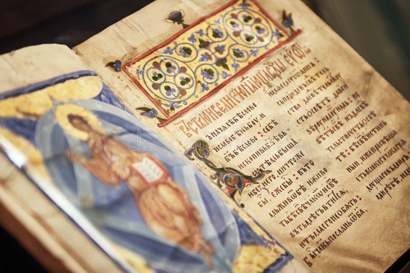 斯拉夫语字母的宗教书圣经 免版税库存照片