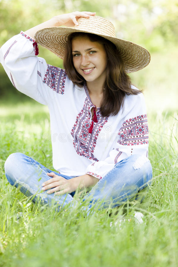 斯拉夫青少年在绿色草甸 免版税库存照片