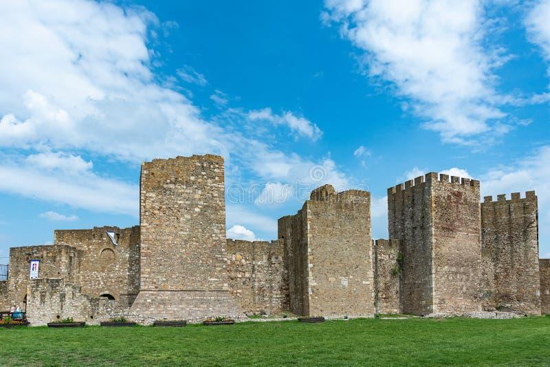 斯梅代雷沃堡垒是中世纪被加强的城市在斯梅代雷沃,塞尔维亚 斯梅代雷沃在小镇附近的堡垒墙壁 库存照片
