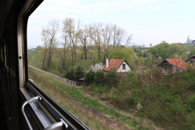 斯洛伐克特尔纳瓦 — 2011年4月:从铁路车厢里可以看到橙色瓦顶的小房子 免版税图库摄影