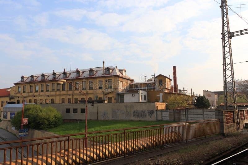 斯洛伐克特尔纳瓦 — 2011年4月:从马车看旧工业建筑 免版税库存图片